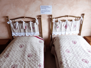 Fenda no meio da cama de casal.